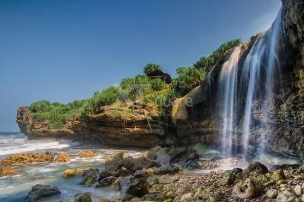 Keindahan Air Terjun Pantai Jogan Gunungkidul